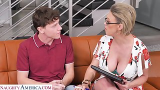 Busty MILF Dee Williams spreads her legs to ride a younger tramp